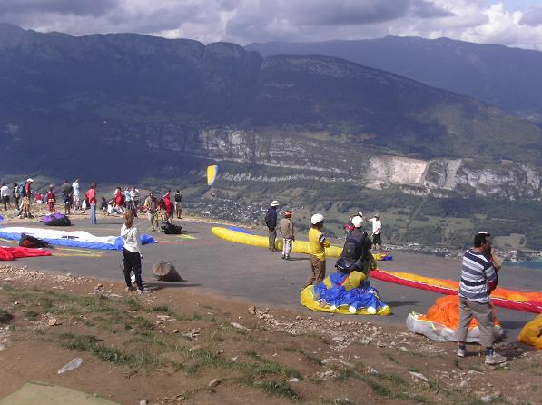 launch mat full of paraglider pilots at Annecy - Col de la Forclaz