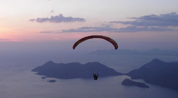 Arjun flying at sunset - Oludeniz